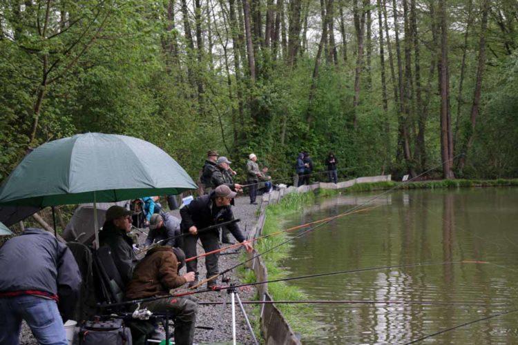 Für alle 50 BLINKER-Leser war genügend Platz an der Anlage in Millerscheid. Für die Veranstaltung wurde das Gewässer extra abgesperrt, sodass jeder die gleichen Chance auf schöne Fische hatte.