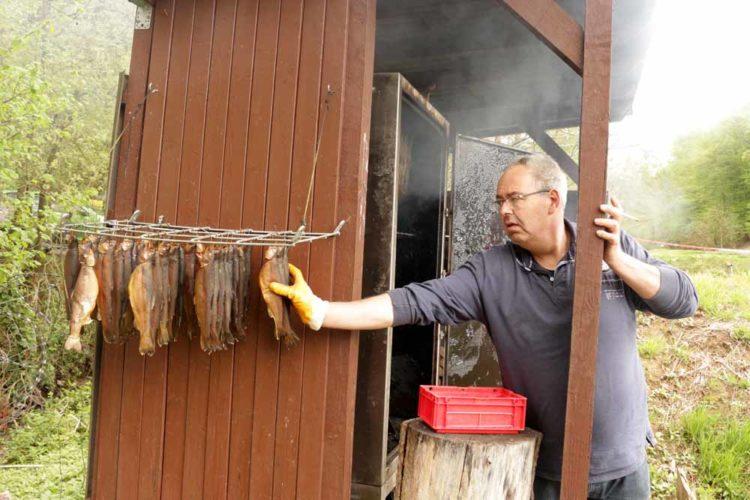 Eigentümer Burkhard Sidon ließ es sich nicht nehmen, die Forellen persönlich zu räuchern.