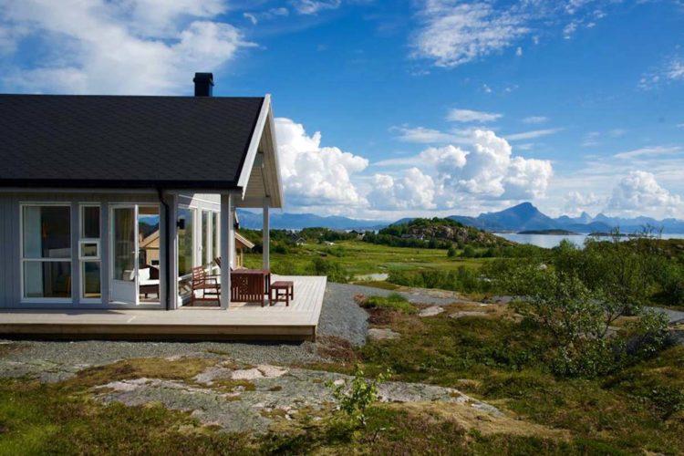 In diesem Ferienhaus startet Dein Angelurlaub am Vestfjord. Tolle Aussichten nicht nur auf die Landschaft, sondern auch auf tolle Fänge. Foto: BORKS