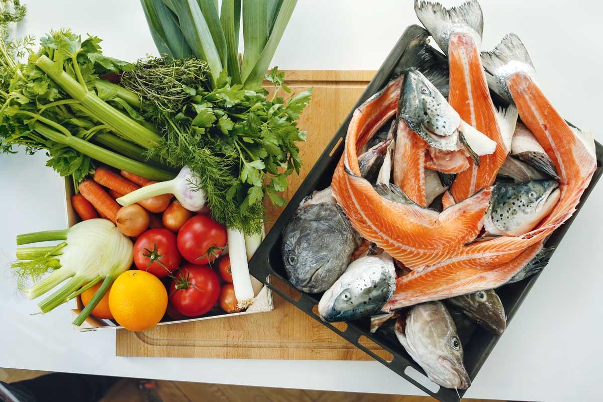 Ein guter Fischfond schlägt jede fertige Brühe um Längen. Auf Basis von Fischkarkassen und Gemüse ist er die Grundlage jeder guten Suppe und Sauce. Foto: Jump-Kristiane Vey