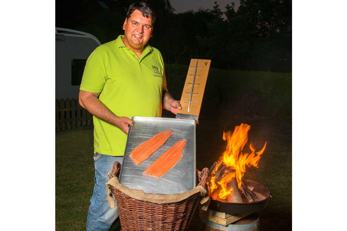 Für den Flammlachs braucht man nicht viel: Filets, ein Lachsflammbrett und ein offenes Feuer.