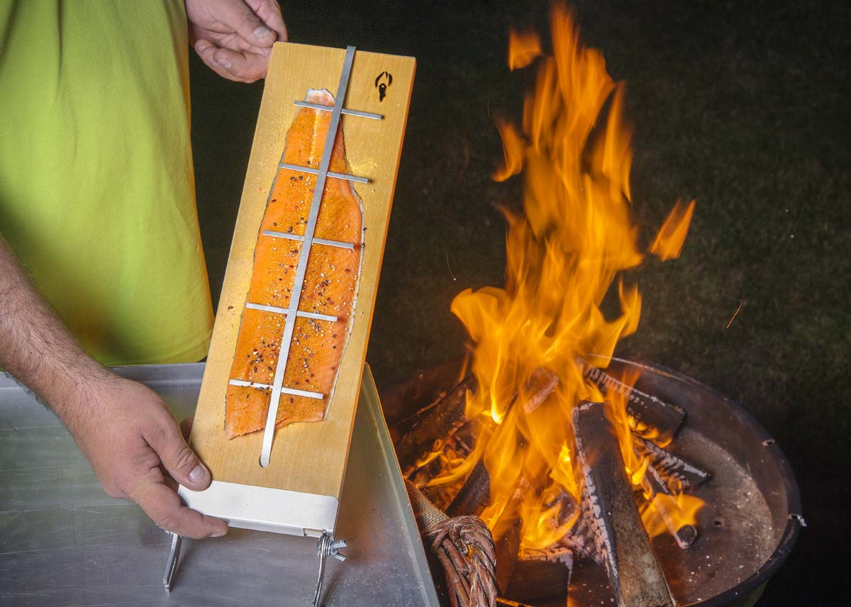 Nun wird das Filet mit der Klammer fixiert, damit es nicht vom Brett fallen kann.