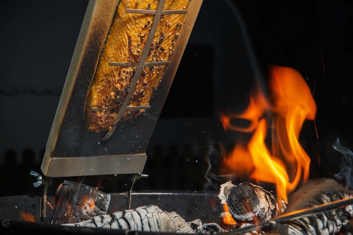 Das Filet leicht marinieren oder Rosmarin-Zweige in die Glut geben. Das verleiht dem Flammlachs zusätzliches Aroma. Foto: W. Krause