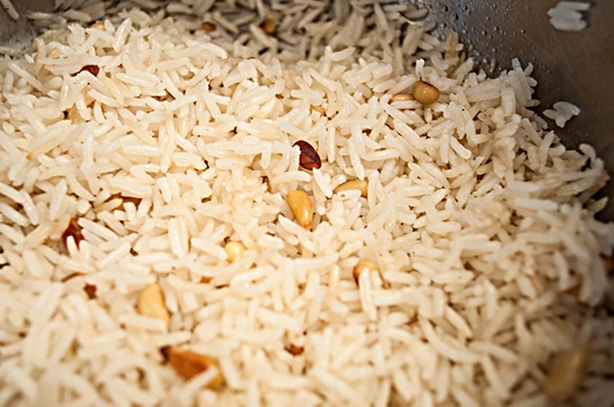 Währenddessen die Beilage zubereiten. Reis passt perfekt. Für ein Festmahl zu zweit haben wir ihn mit Pinienkernen veredelt. Etwas frisch geriebene Muskatnuss rundet das Ganze ab. Foto: A. Jagiello
