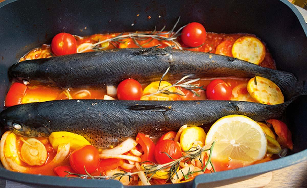 So kommen die fertigen Forellen aus dem Ofen. Wichtig: den Bräter nicht abdecken! So wird die Haut nicht zu weich und lässt sich beim Essen ganz einfach vom Fisch lösen. Foto: A. Jagiello