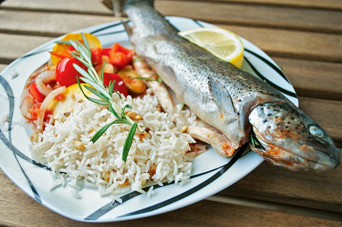 Fertig! Mit dem Reis und dem Gemüse entsteht auf dem Teller ein Fischgericht, das nach Urlaub am Mittelmeer schmeckt – und nach mehr. Falls doch was von der mediterranen Forelle übrig bleibt: Die Reste kann man am nächsten Tag prima aufwärmen. Foto: A. Jagiello