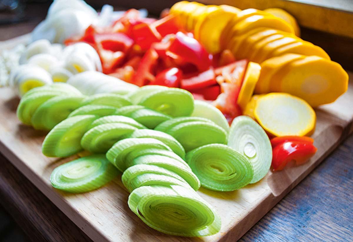 Das Gemüse gut waschen und mundgerecht stückeln. Wer keinen Knoblauch mag, der kann ersatzweise Ingwer nehmen. Hier sind der Fantasie keine Grenzen gesetzt. Foto: A. Jagiello