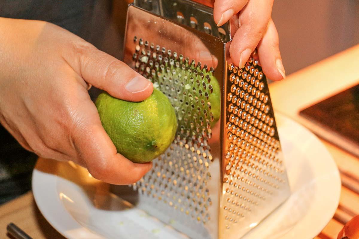 Der Abrieb von einer halben Limette reicht für diese Fischmenge. Nur die grüne Schale verwenden.