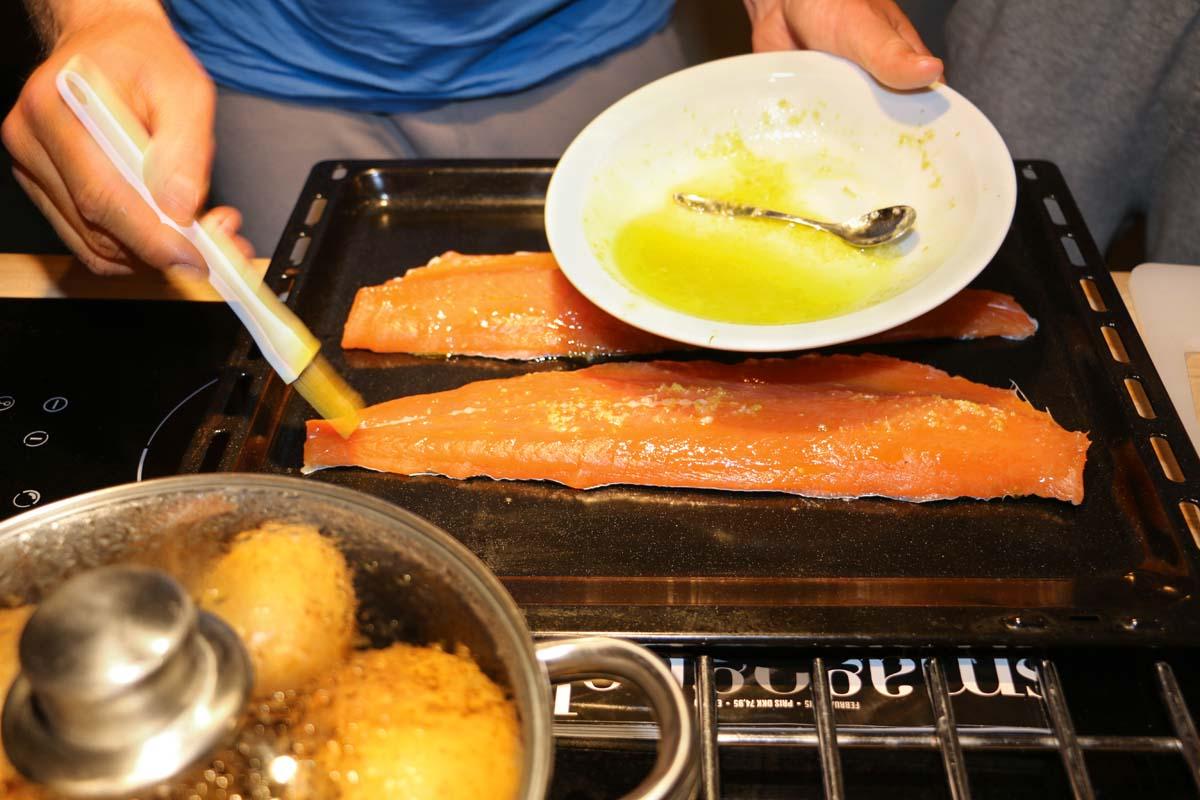 Die Filets auf ein gefettetes Backblech legen, mit dem Limetten-Butter-Mix einpinseln und leicht salzen.