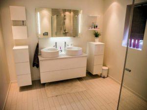 Auch das Badezimmer ist modern eingerichtet und bietet alles, was man benötigt.