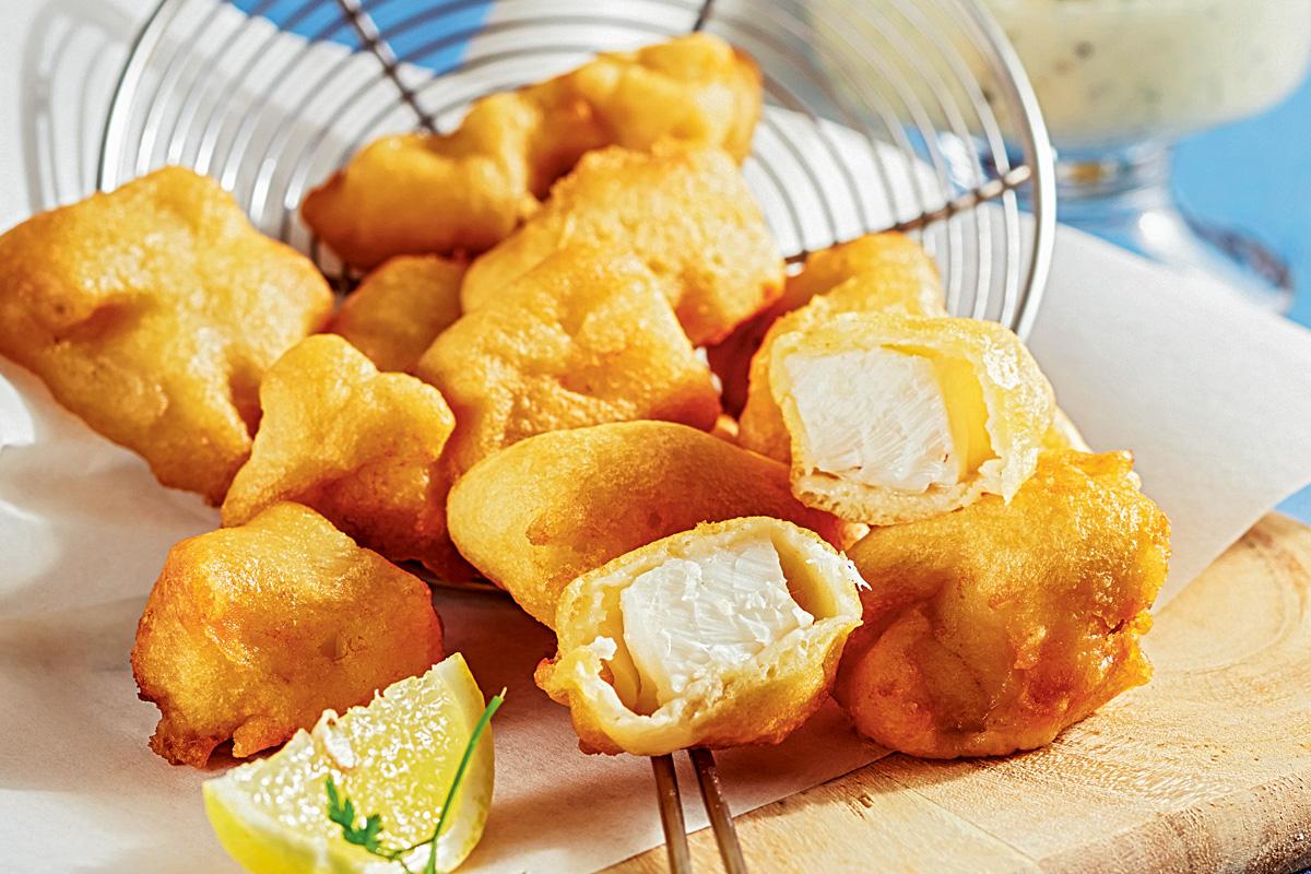Backfisch in mundgerechte Happen geschnitten, dazu leckere Remoulade als Dipp.