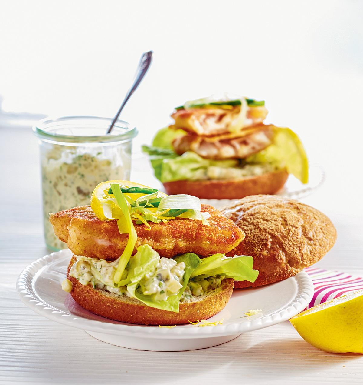Der Backfisch zwischen zwei Burgerbrötchen und mit knackigen Beilagen ist ein wahrer Leckerbissen.