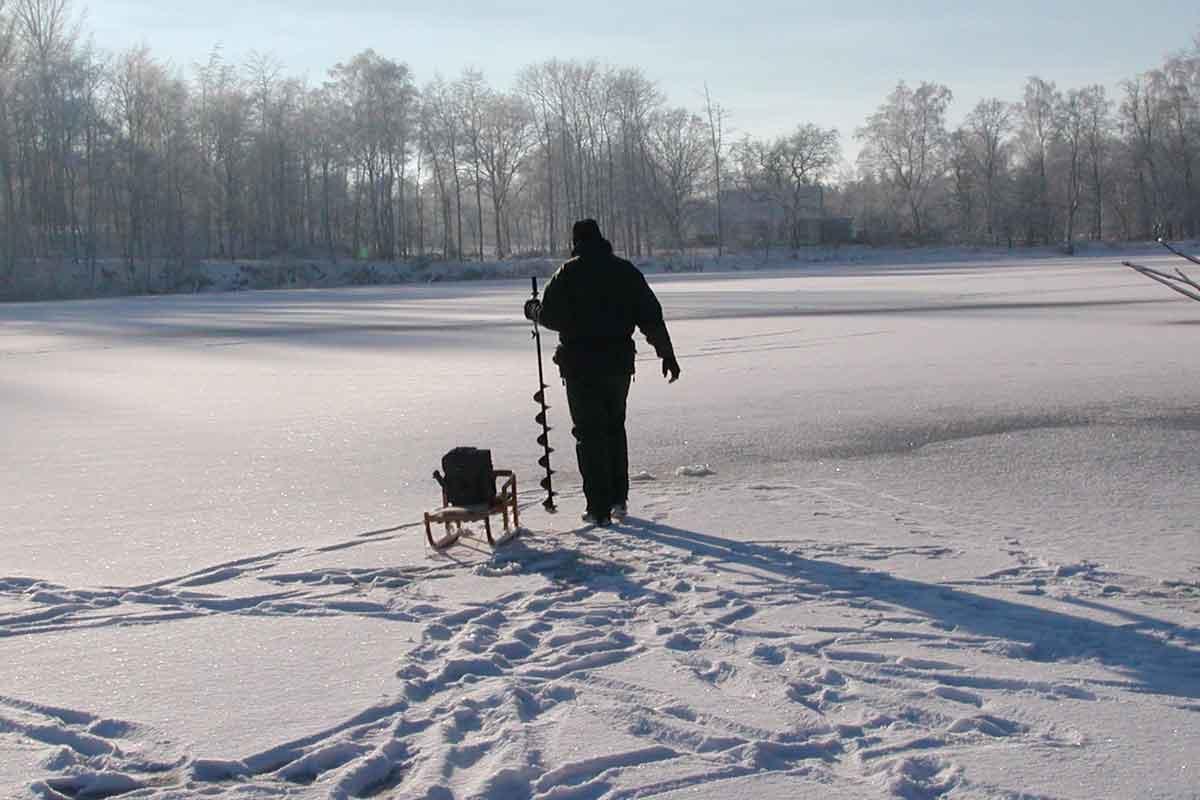 Das Eis ist dick genug und kann sicher betreten werden.
