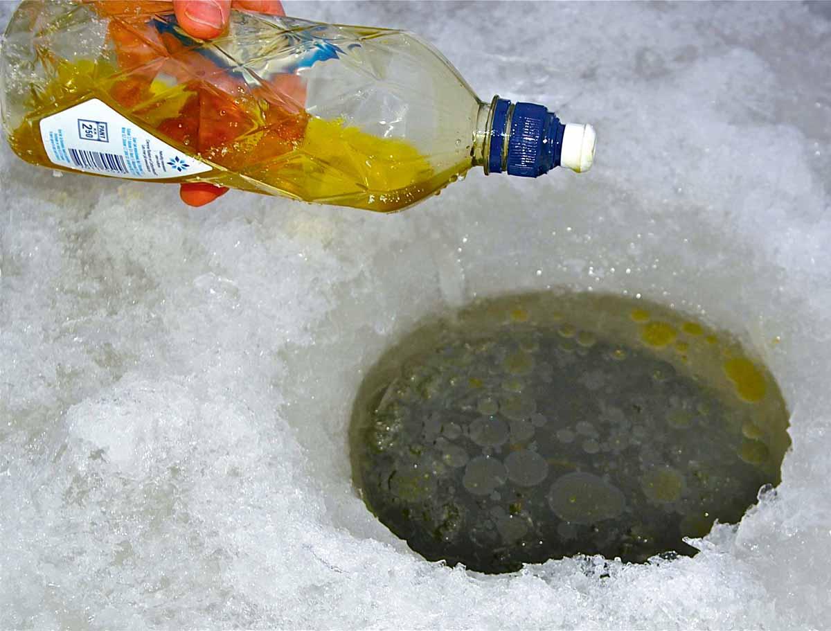 Speiseöl hilft, das Loch einigermaßen eisfrei zu halten. Foto: Blinker/H.Aderkaß