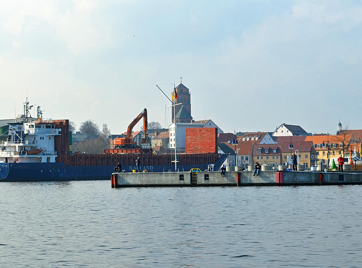 Im Wolgaster Hafen in treibt ein großer Teppich an toten Fischen umher. Foto: BLINKER