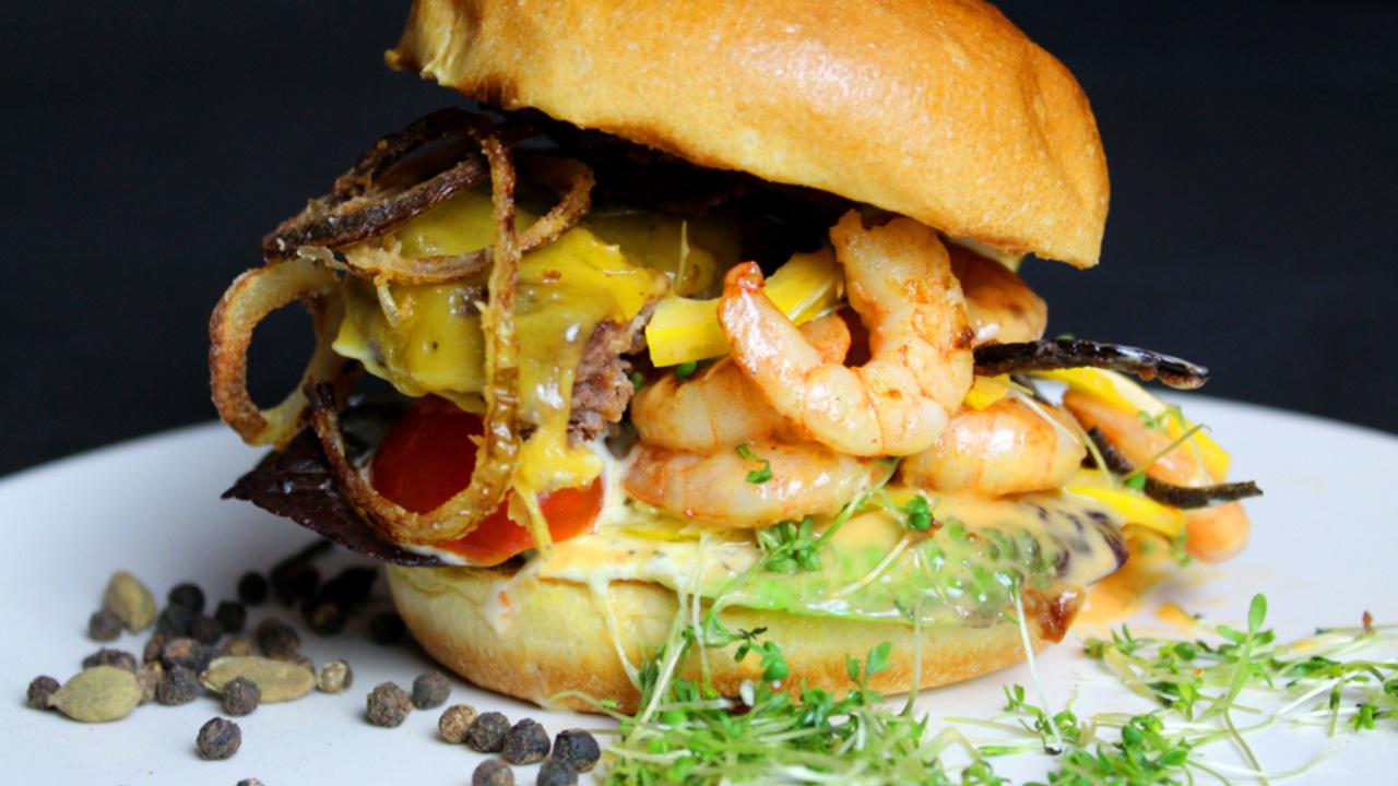 Der Surf-and-Turf-Burger sieht nicht nur lecker aus, sondern er schmeckt auch so. Foto: M. Würfl