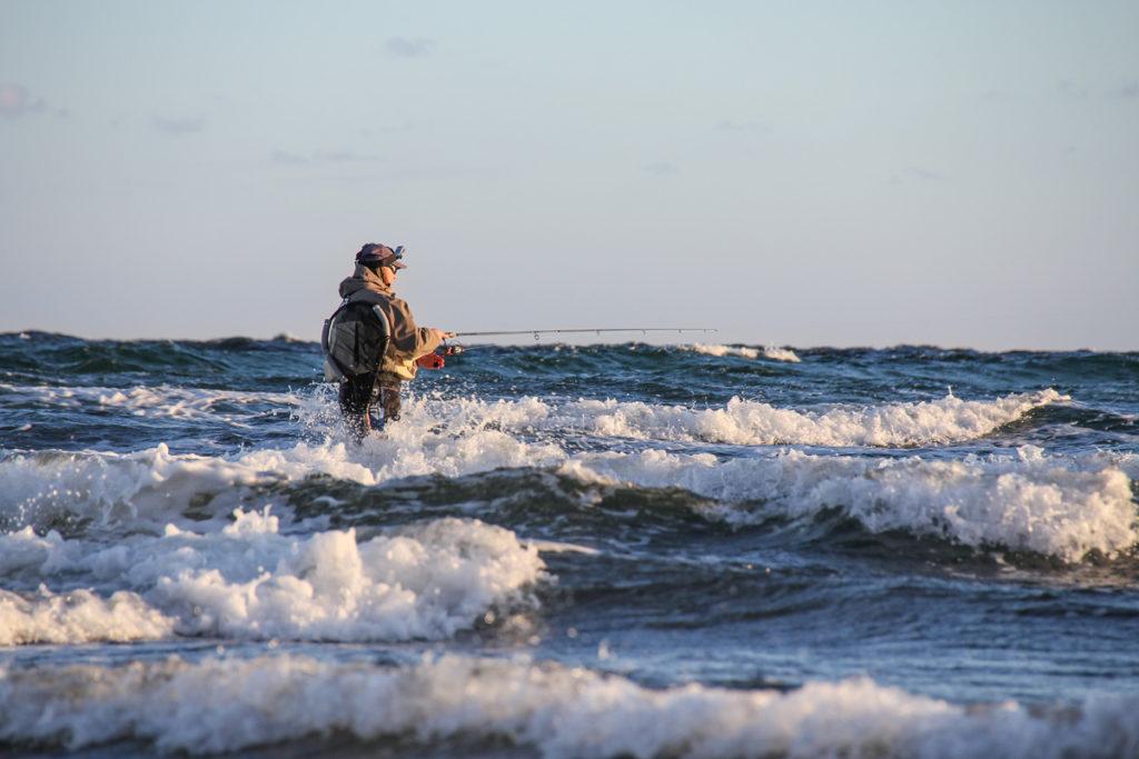 Mit der Wathose können Sie fast den gesamten Küstenstreifen der dänischen Ostseeinseln beangeln. Foto: Feriepartner Danmark