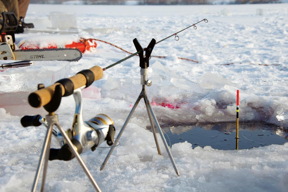 Ein kleines Dreibein hält die Rute bei Eisangeln vom Schnee fern.