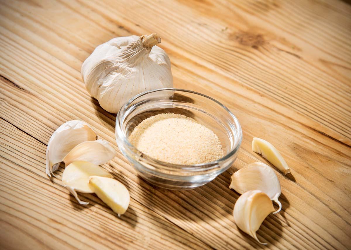 Gesund und unverzichtbar – nicht nur in der mediterranen Küche. Eignet sich hervorragend zum Einreiben von Grill- und Bratfisch aber auch als Füllung der Bauchhöhle. Auch in Dips und Saucen ist Knoblauch ein gern verwendetes Gewürz.