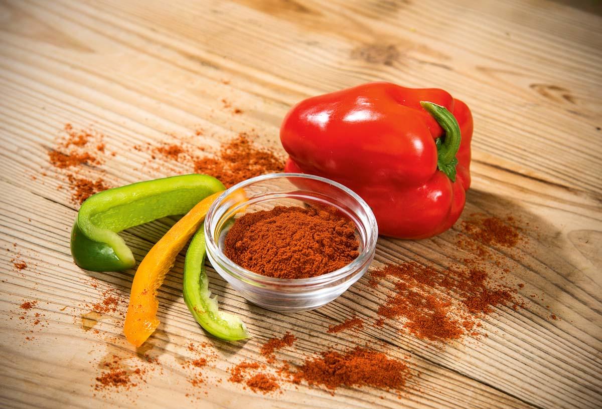 Paprika hat einen leicht scharfen Geschmack, kommt besonders in südosteuropäischen Suppen als Fischgewürz zum Einsatz. Außerdem macht sich Paprika in Marinaden sehr gut. Paprikapulver eignet sich auch für die Füllung von Fisch aus der Pfanne oder dem Ofen.