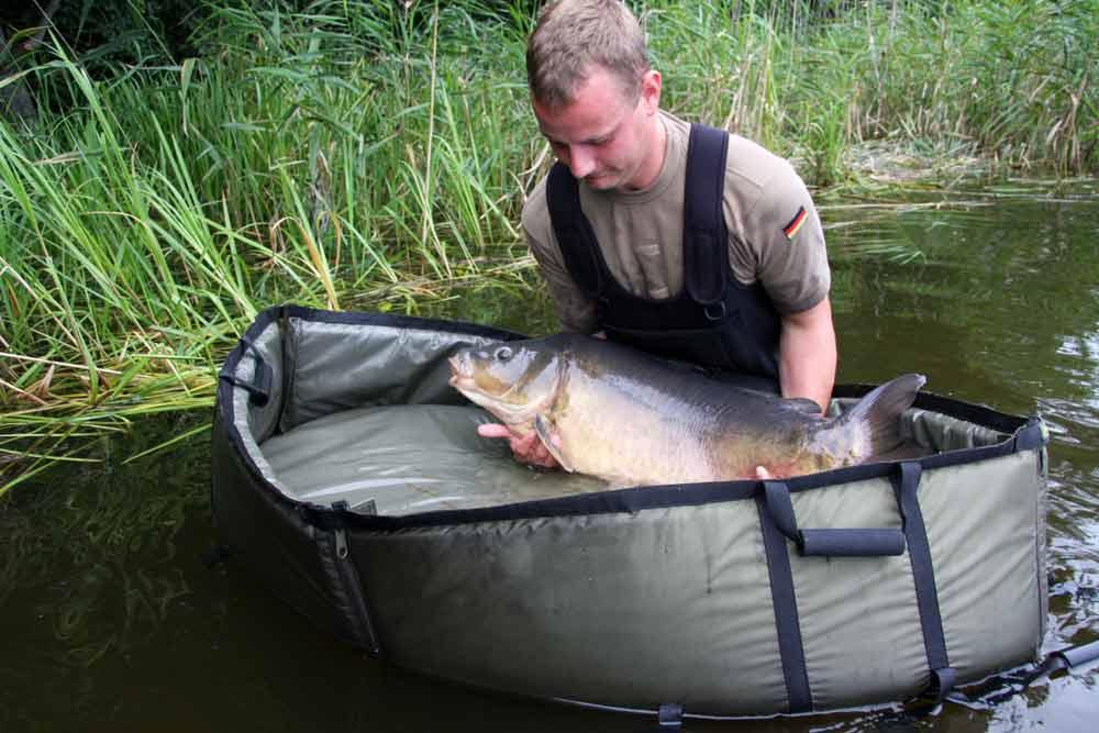 Schwimmende Abhakmatten mit einem großen Rand verhindern, dass Fische unerwartet flüchten können.