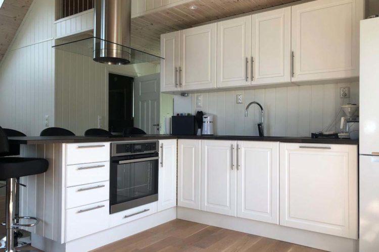 Die Küche ist mit Ofen und Geschirrspüler ausgestattet.