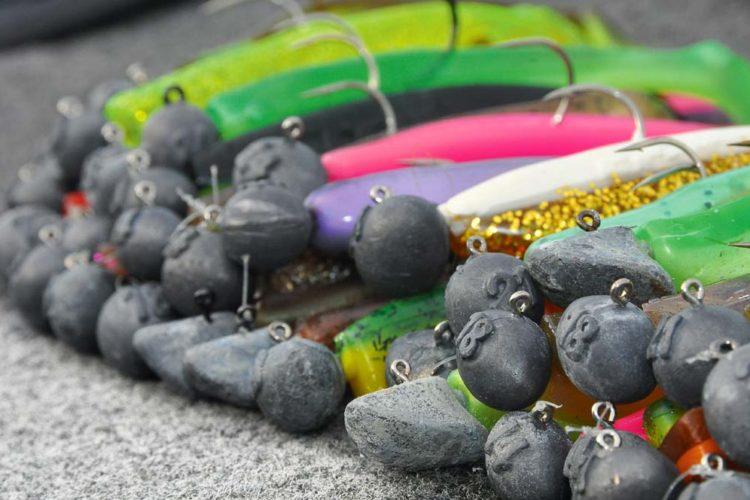 Wer erfolgreich mit Gummifischen angeln will, braucht dazu meist einen Bleikopf. Genauso vielfältig wie der Ködermarkt erscheint auch die Auswahl an Jigköpfen. Rundkopf, Erie- und Football-Jig – jede Form hat ihre Besonderheit.