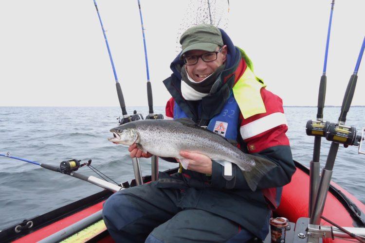Meerforellenzeit in der Lübecker Bucht. Davon konnte sich auch Stephan Thode mit diesem 62er Fisch überzeugen.