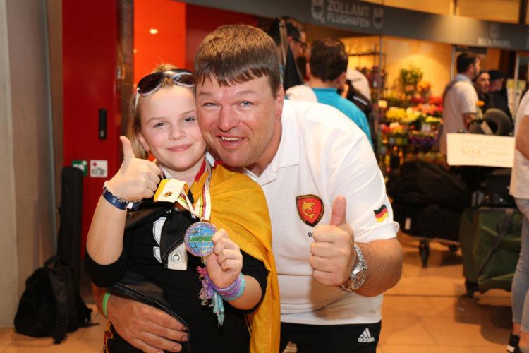 Stolzer Nachwuchs:Danny Hrubesch wurde von seiner Tochter freudig am Flughafen in Empfang genommen.