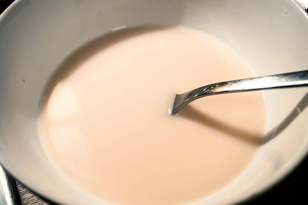 Zuerst beginnen wir mit dem Teig für die Buns, da dieser eine ganze Weile gehen muss. Für die Teigmischung benötigen wir 300 Gramm Roggen und 200 Gramm Weizenmehl. Am Anfang einen halben Hefewürfel mit etwas Zucker in 100 Milliliter lauwarmen Wasser auflösen und 10 Minuten stehen lassen.
