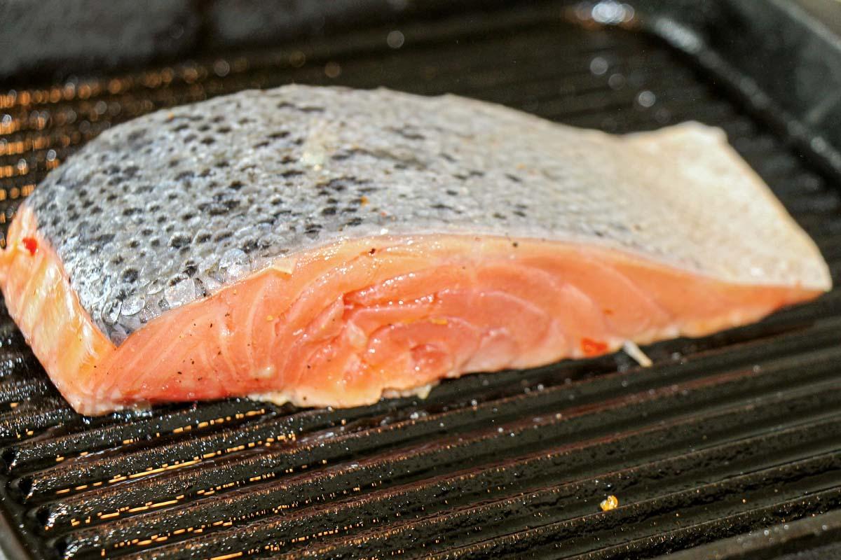 Kurz auf einem Küchenkrepp abtropfen lassen. Fertig ist der marinierte Lachs.
