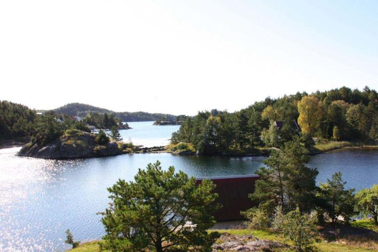 Nur ca. 30 m vom Wasser entfernt liegt diese Sørlandsperle in einer idyllischen Meeresbucht mit Panoramaaussicht auf Schären und Inseln sowie auf das offene Meer. Hier könnt Ihr Euren nächsten Angelurlaub in Søgne verbringen und dabei richtig gut fangen.