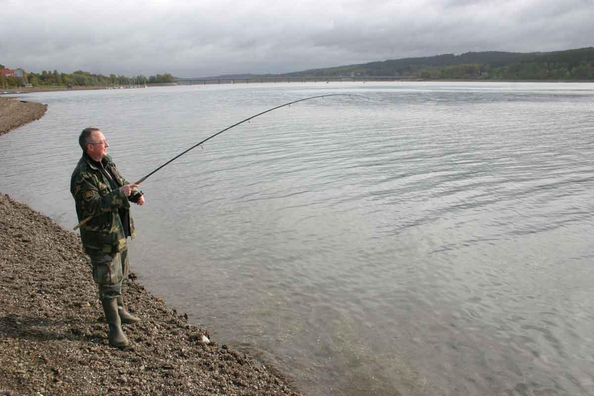 Vom Ufer aus kann man im Möhnesee auch sehr gut auf Friedfische angeln. Foto: Blinker