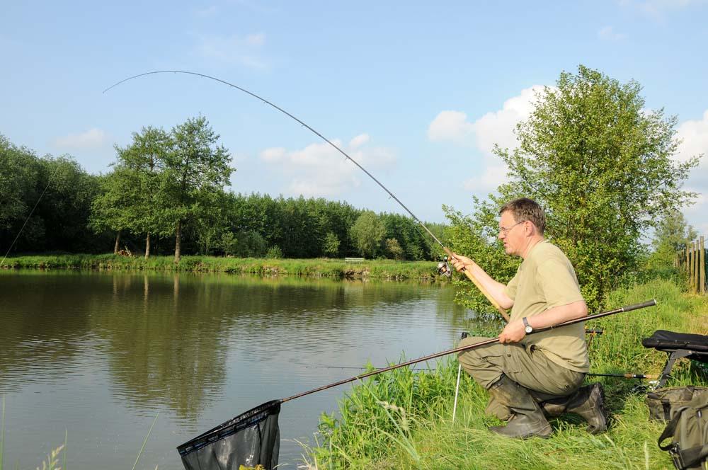 An der feinen Matchrute liefern Schleien einen unvergesslichen Drill. André ist kurz davor, den nächsten Fisch zu keschern.