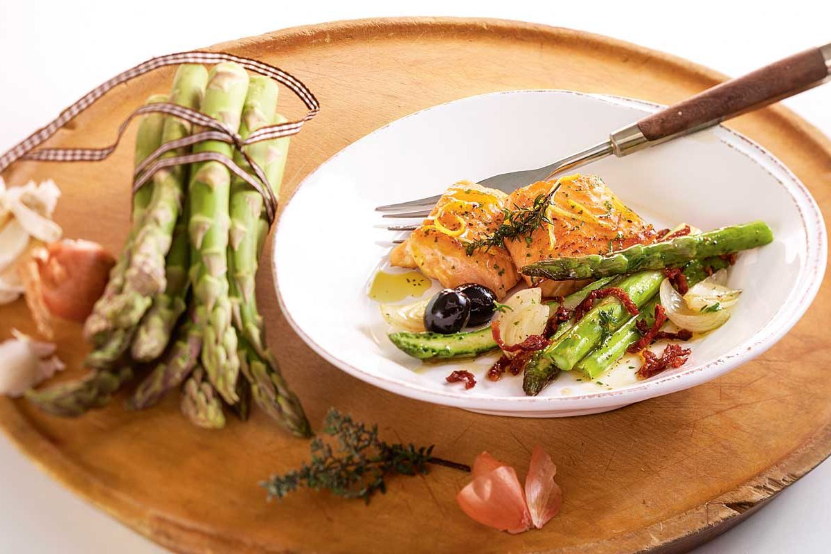 Dieses leichte Fischgericht eignet sich besonders für die wärmeren Tage. Man kann den Lachs sogar kalt als Vorspeise oder Salat servieren. Wir Ihr den Lachs mit Spargel richtig zubereitet, zeigen wir Euch hier anhand weniger Schritte.