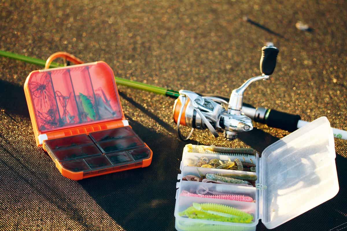 Rute, Rolle, Schnur und eine kleine Tacklebox mit den Ködern – mehr braucht man nicht zum Streetfishing. Foto: ESOX/Nathan Wattimena
