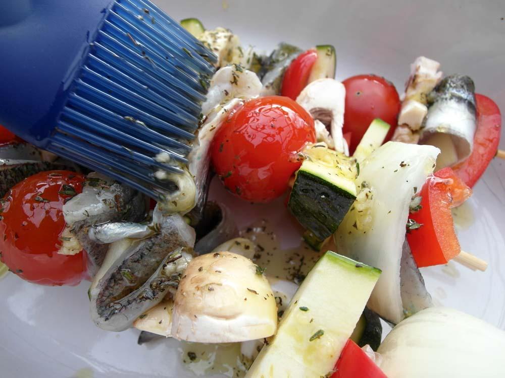 Die fertigen Spieße überall mit der würzigen Marinade bestreichen, salzen, pfeffern und fertig sind sie für den Grill!
