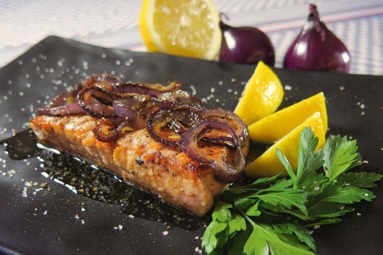 Lachs braten ist viel einfach als häufig angenommen wird. Wir verraten Euch hier, wie der Fisch in der Pfanne perfekt gelingt.