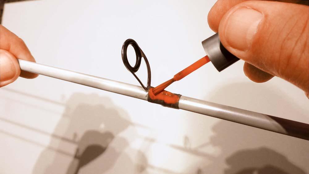 Wenn der Sekundenkleber ausgehärtet ist, kann die neue Ringbindung farblich passend zu den anderen Ringbindungen lackiert werden.
