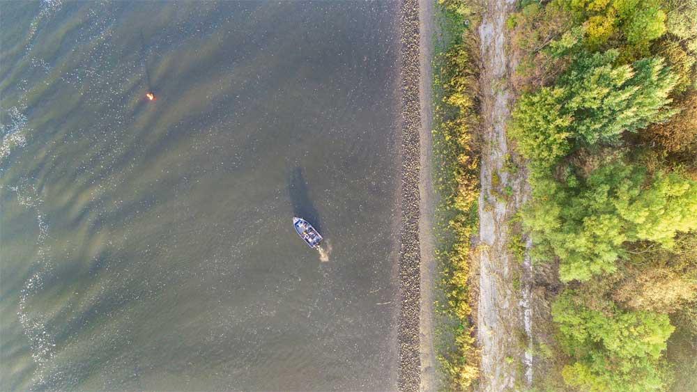 Wo die Steinpackung in den Grund übergeht, ziehen die Zander ihre Bahnen. Hier sollte das Boot entlang treiben.