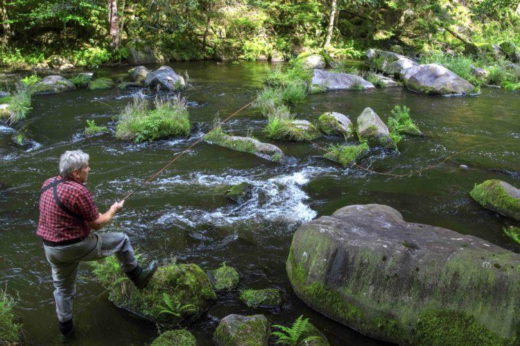 Roman Moser liebt das Fliegenfischen im Fluss bzw. Wildwasser, er ist ein Experte auf diesem Gebiet.
