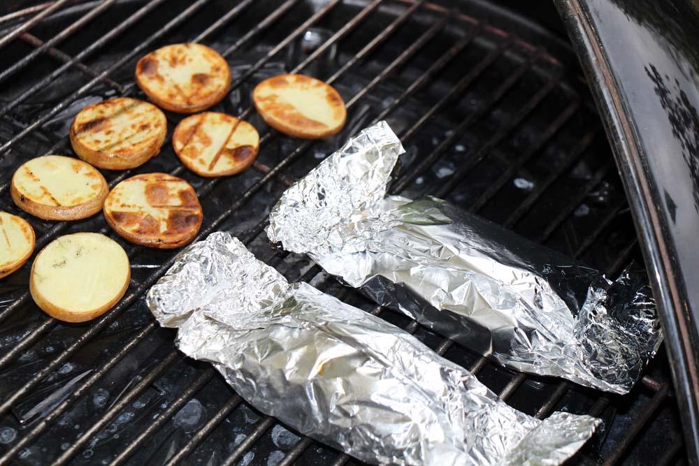 Die Kartoffelscheiben sind gar, wenn sie beidseitig goldbraun gebacken sind.