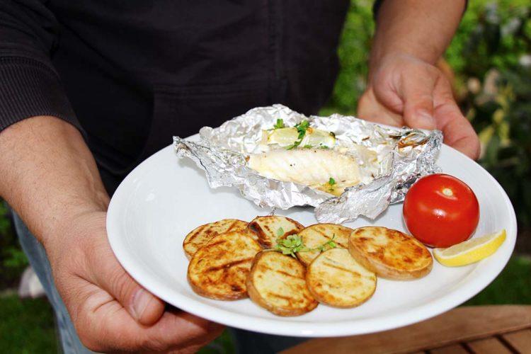 Urlaubsmitbringsel Von der letzten Norwegenreise oder vom Raubfischangeln sind noch Filets in der Truhe? Prima! Die Zubereitungsmethode für Fisch in Alufolie eignet sich für nahezu alle Meeres- und Süßwasserfische.