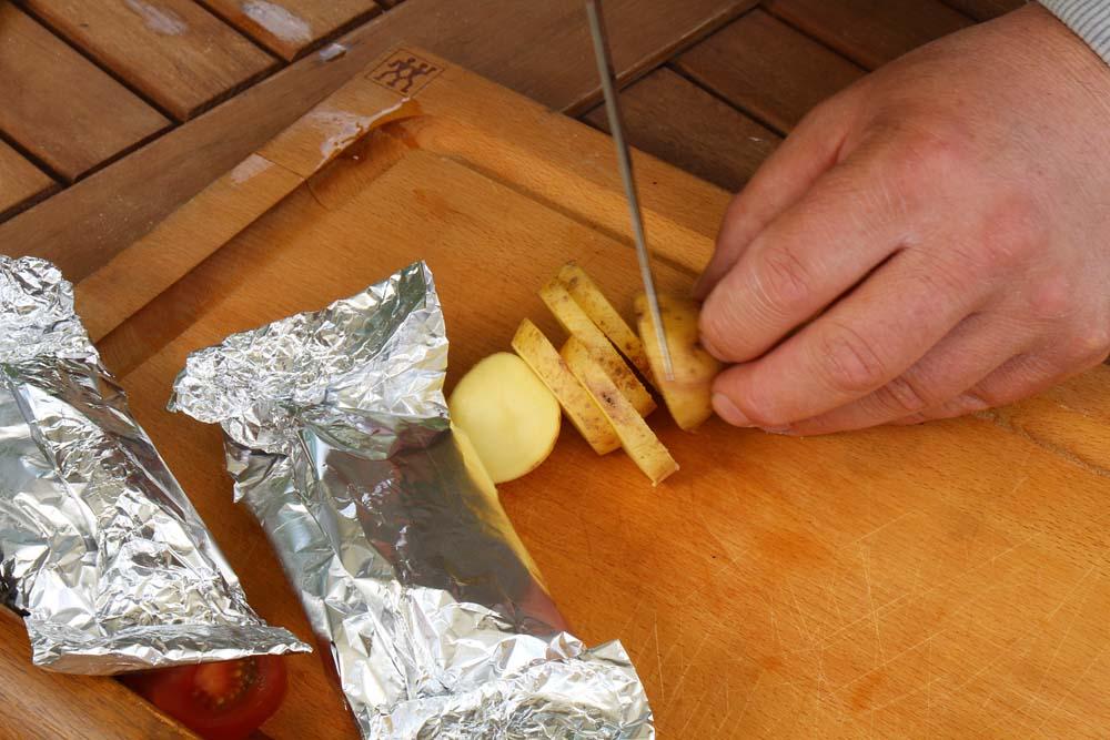 Die Kartoffeln in etwa 8 bis 10 Millimeter dicke Scheiben schneiden und mit ein wenig ...