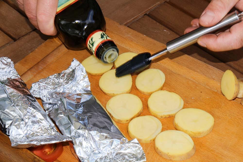 ... Olivenöl bepinseln. Gesalzen werden die Kartoffeln frühestens beim Wenden auf dem Grill oder auf dem Teller.