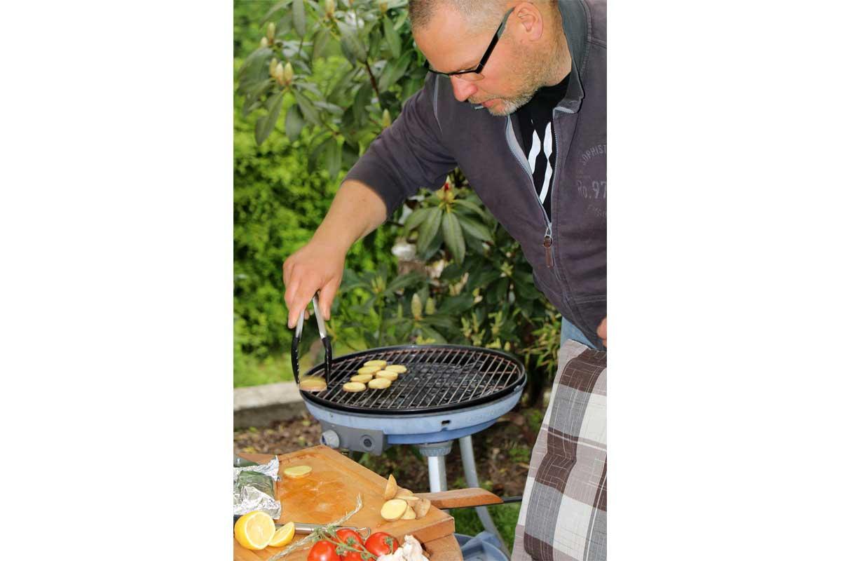 Zunächst die rohen Kartoffeln auflegen und ruhig ein paar Minuten garen, bevor der Fisch dazugelegt wird. Die Päckchen benötigen eine deutlich kürzere Garzeit als die Kartoffeln.