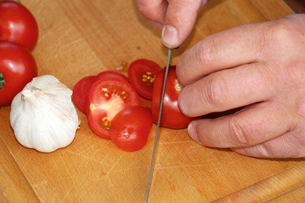 Tomaten in gleichdicke Scheiben schneiden.