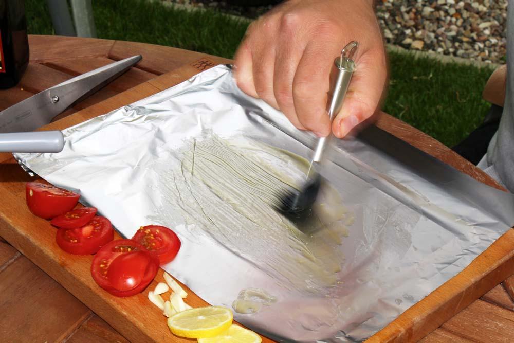 Die Folie gleichmäßig mit Olivenöl einpinseln. So brennt nichts an.
