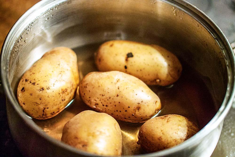 Als Beilage zum Saibling Rezept dienen klassische Pellkartoffeln. Diese werden vorab kräftig abgebürstet und in Salzwasser gegart (je nach Größe ca. 20 Minuten)