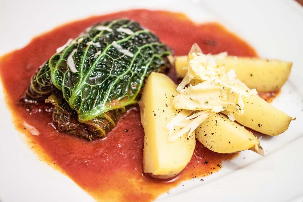Die Rouladen mit den Kartoffeln und der Soße servieren! Butterflocken auf den Kartoffeln bringen zusätzlichen Geschmack ins Spiel. Guten Appetit!
